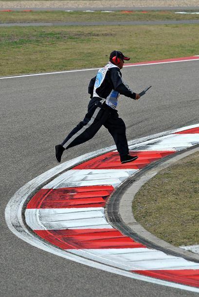 Un técnico tuvo que acelerar a pie para retirar trozos de autos accident...