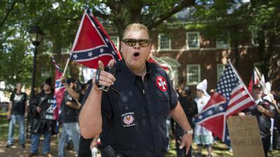 Un miembro del Ku Klux Klan que participó en las manifestaciones en Char...