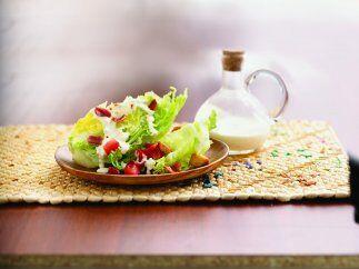 Hojas de lechuga con jitomate y aderezo: Una entrada fácil y rápida de p...