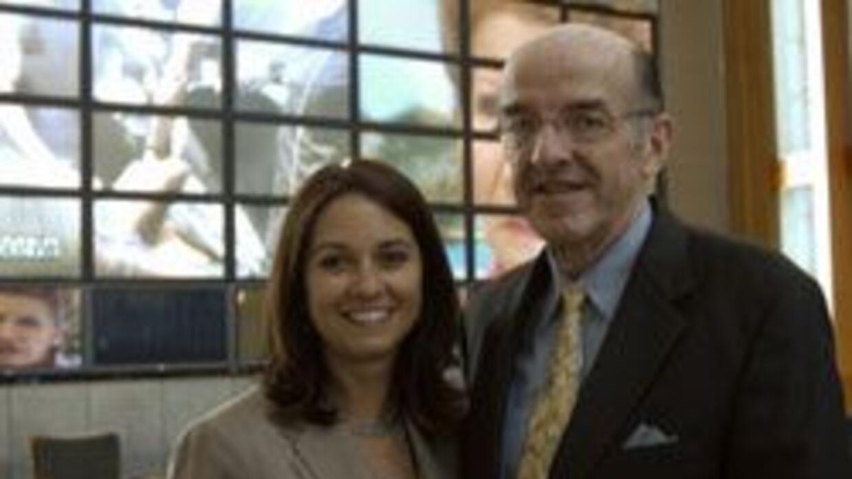 Michael Copps presidente en funciones de la FCC con Maelía Macín, gerent...