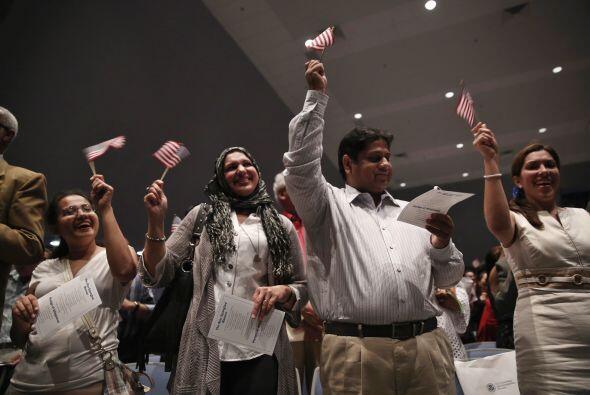 Ciudadanos americanos celebran luego de recibir sus certificados de natu...
