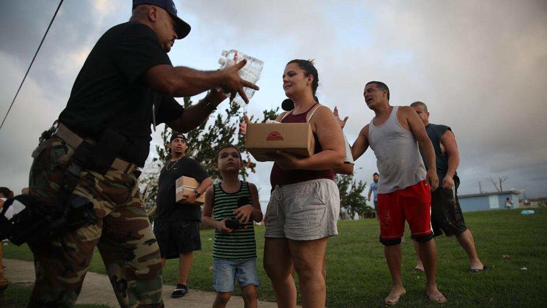 El sargento de la policía municipal Nelson Sierra entre comida y agua a...