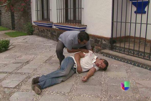 Un hombre encuentra a Daniel tirado.