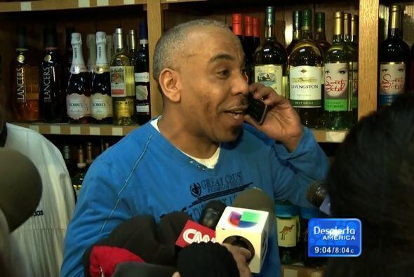 """Quezada dijo a la prensa en español que estaba """"muy feliz"""" y que su prim..."""