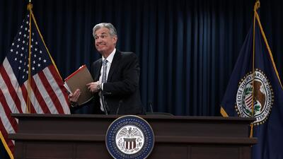 El presidente de la Reserva Federal, Jerome Powell, se retira de la sala...