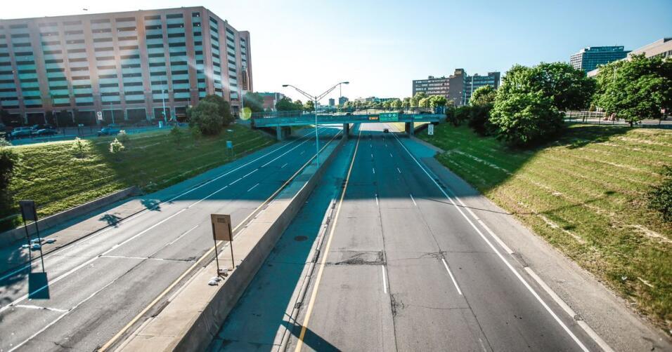 La Interestatal 375 en Detroit, Michigan, es una barrera de concreto ent...