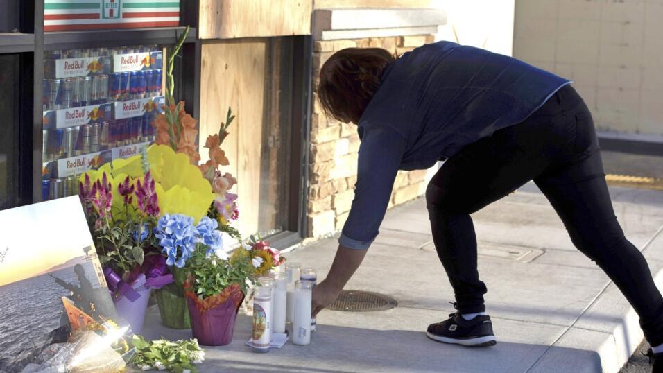 Melissa Cázares, residente de Huntington Beach, coloca un velador...