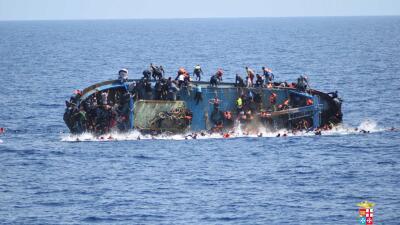 Las trágicas imágenes de un naufragio con migrantes frente a las costas de Libia