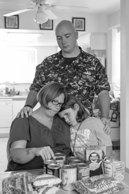 Ashley, una madre que se enlistó en las Fuerzas Armadas, visita un banco...