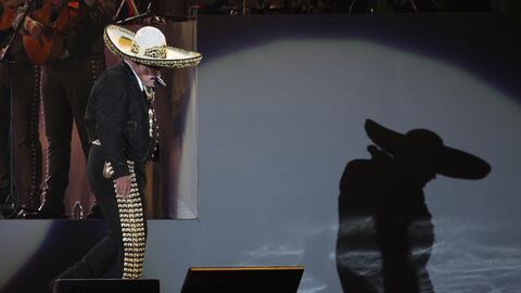 ARCHIVO – El cantante mexicano Vicente Fernandez en su concierto de desp...