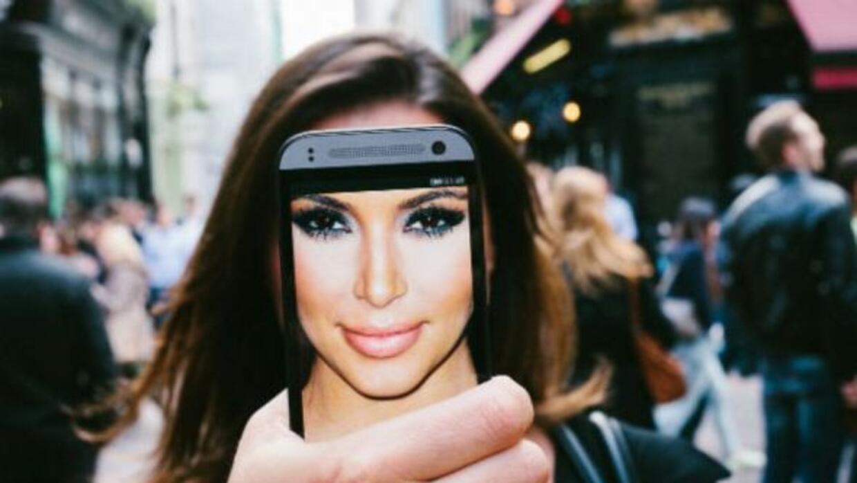 """Kim Kardashian fue una de las primeras en tener una """"Phonie"""". (Foto: dan..."""