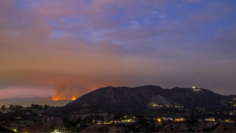 Detrás del letrero de Hollywood el incendio La Tuna arrasa zonas...