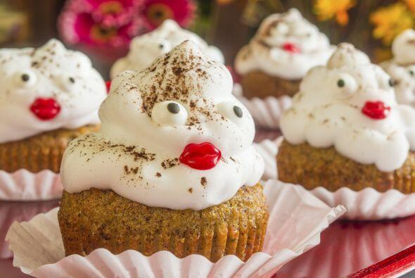 Un poco de merengue con dulces forman un perfecto monstruo.