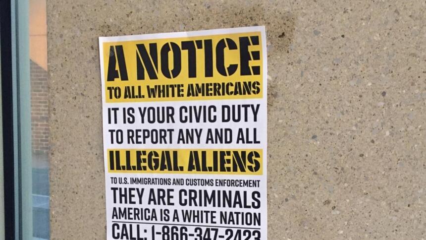 Dos carteles pegados a una pared en el edificio de química dirigieron a...