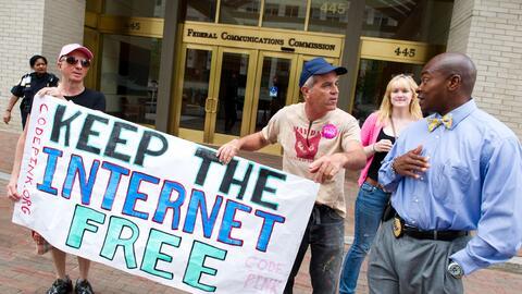 Manifestantes en las afueras de la FCC, quienes abogan por la regulaci&o...