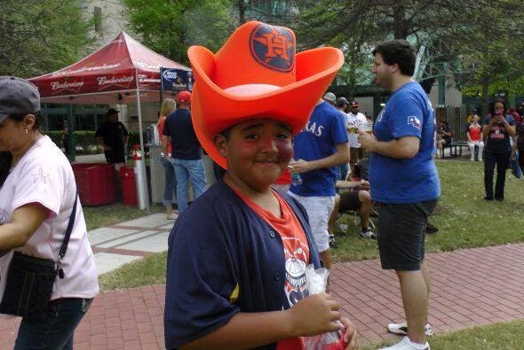 Un sombrero multifuncional: contra el sol, la lluvia y grita fanatismo a...
