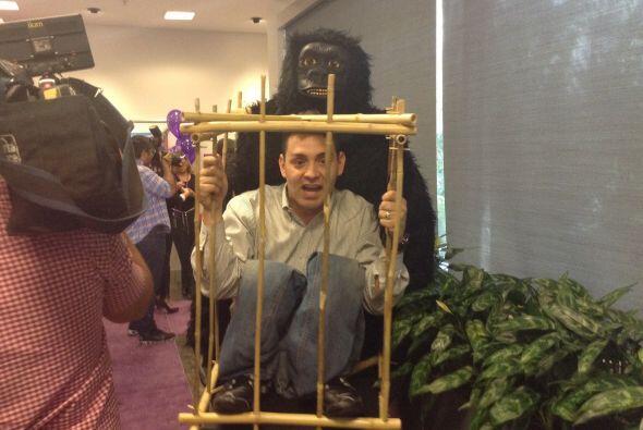 El staff de Univision también se puso festivo y realizó un concurso de d...