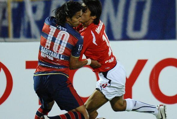¿Tango? no, simplemente la disputa de un balón entre Luis Saritama de De...