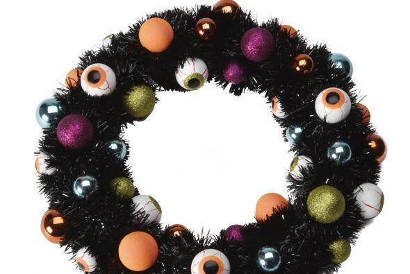 En la puerta, esta bizarra corona de ojos que observarán a tus visitas s...