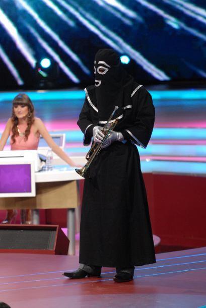 El chacal también apareció durante el show para arruinarles su participa...