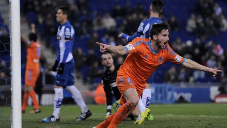 Piatti celebrando su gol, el que fue el primer del partido.