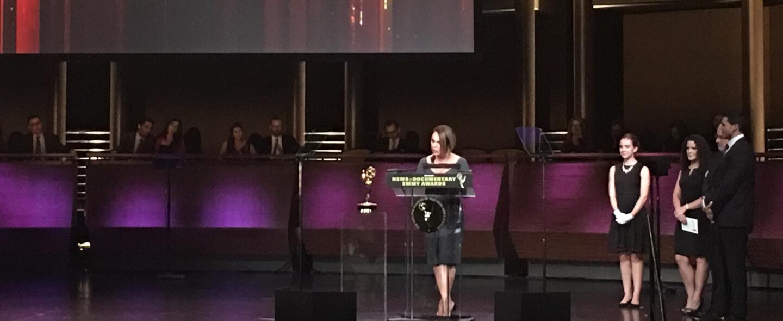 María Elena Salinas recibe el premio Emmy por el especial Recapturan a '...