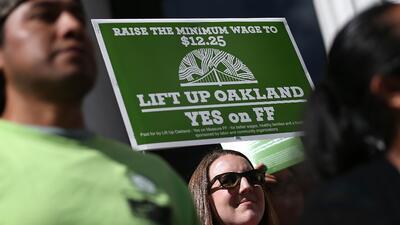 Manifestantes exigen un aumento al salario mínimo en las afueras de la a...