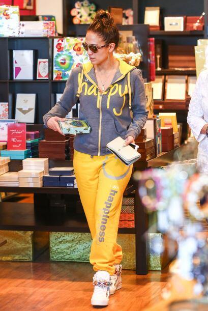J.Lo entró a una tienda a buscar tarjetas de San Valentín. Mira aquí los...