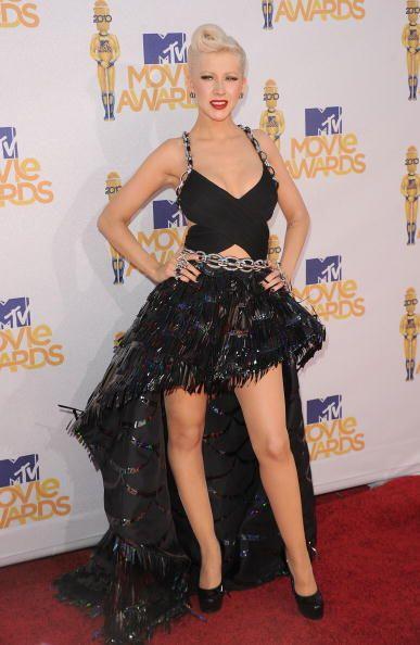 El dramatismo lo llevó Christina Aguilera a esta alfombra con un 'modeli...