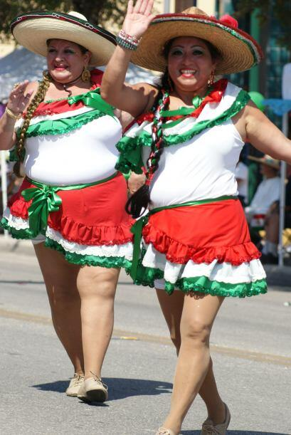 La Avenida Guadalupe fue el escenario del colorido desfile de la celebra...