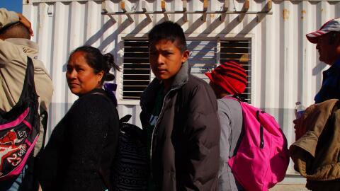 La guatemalteca María Guinac y su hijo Wilson antes de ingresar a...