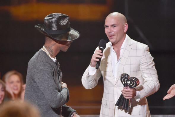 Pharrell William le entregó el premio a mejor colaboración a Pitbull.