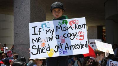 Activistas exigen frente a las oficinas de ICE, en Dallas, la reunificación de familias separadas en la frontera
