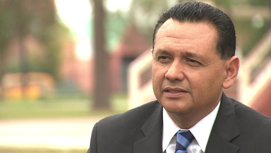 Ed González, el expolicía de ascendencia mexicana que fue electo para el...