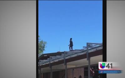 Joven de preparatoria intenta suicidarse brincando del techo de la escuela