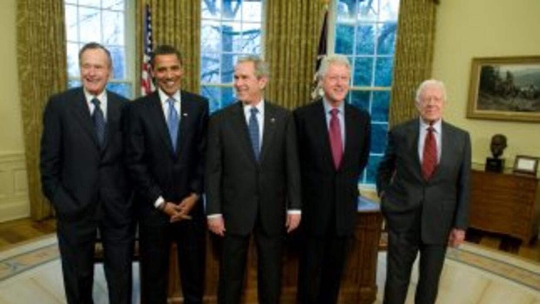 En la gr'afica, de izquierda a derecha, el expresidente George Bush, el...