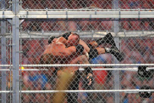 Pero al final, resurgiendo de entre los caídos, Undertaker revivi...