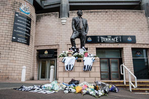 Es por ello que compañeros suyos acudieron a la estatua de Sir Bobby Rob...