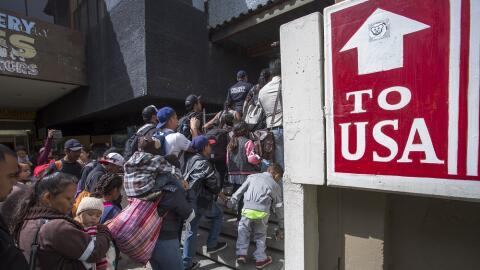 Miembros de la caravana de migrantes en la frontera entre México...