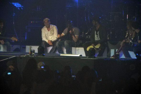 Enrique dijo que seguiría el concierto en honor a los miembros familiare...