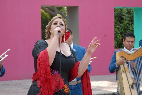 Acompañada del mariachi, la cantante impresionó a todos con la belleza d...