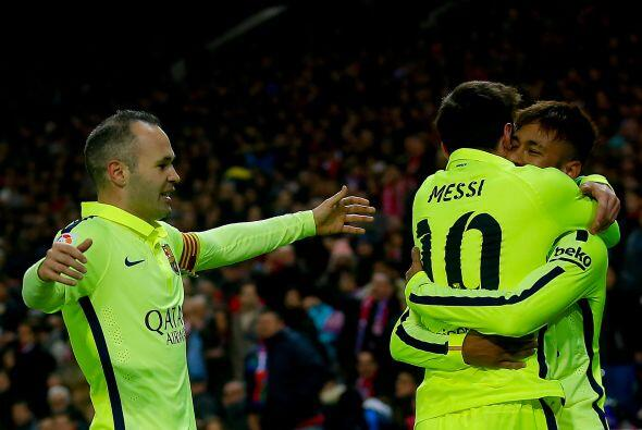 La jugada continúo con un despeje a los terrenos de Messi que encaró a l...