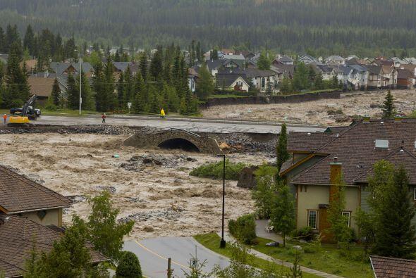 La fuerza de las aguas provocó la ruptura de un gasoducto que transporta...