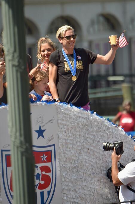 La delantera Abby Wambach saluda a los fans durante la parada en el bajo...