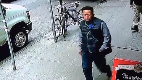 En video: un hombre roba un cubo con láminas oro valorado en 1.6 millone...