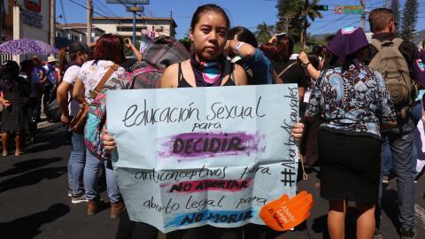 Las niñas y jóvenes en El Salvador no reciben la educaci&o...