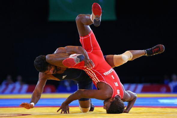 Yogeshwar Dutt de la India derrota a Chamara Perera de Sri Lanka, en la...