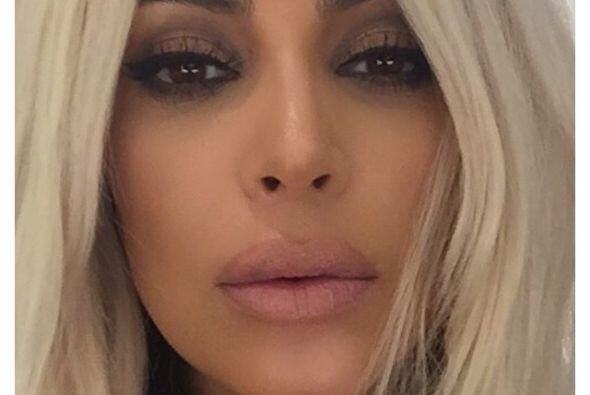 Kim enseña al mundo su bello rostro.