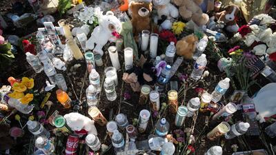 En fotos: Rezos, agua y flores para despedir a los inmigrantes muertos en el camión en Texas