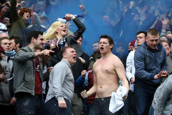 Aficionados del Burnley celebrando el triunfo de su equipo ante los Blac...